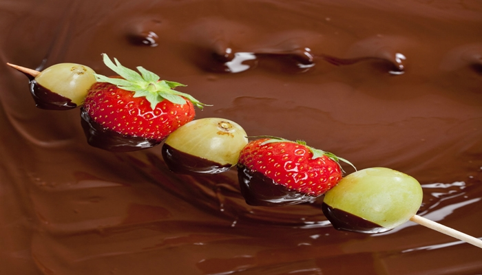 Espetinho de frutas com chocolate.