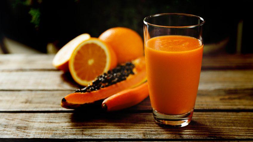 Vitamina de banana com mamão e laranja