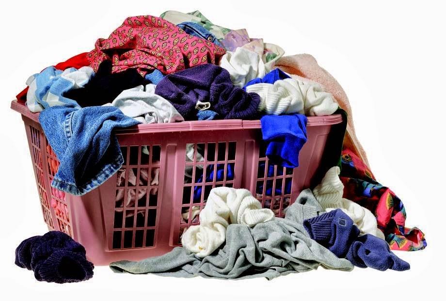 Tenha dois cestos de roupa na lavanderia